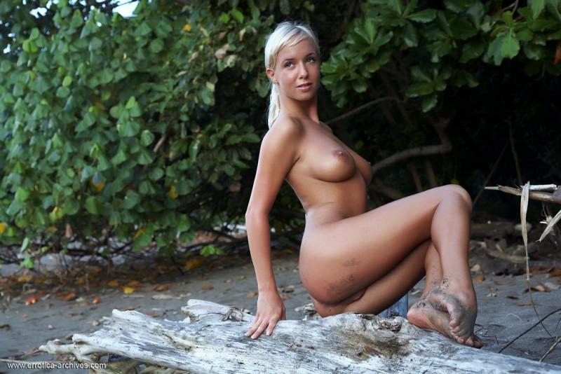 emma-beach-nude-errotica-archives-01