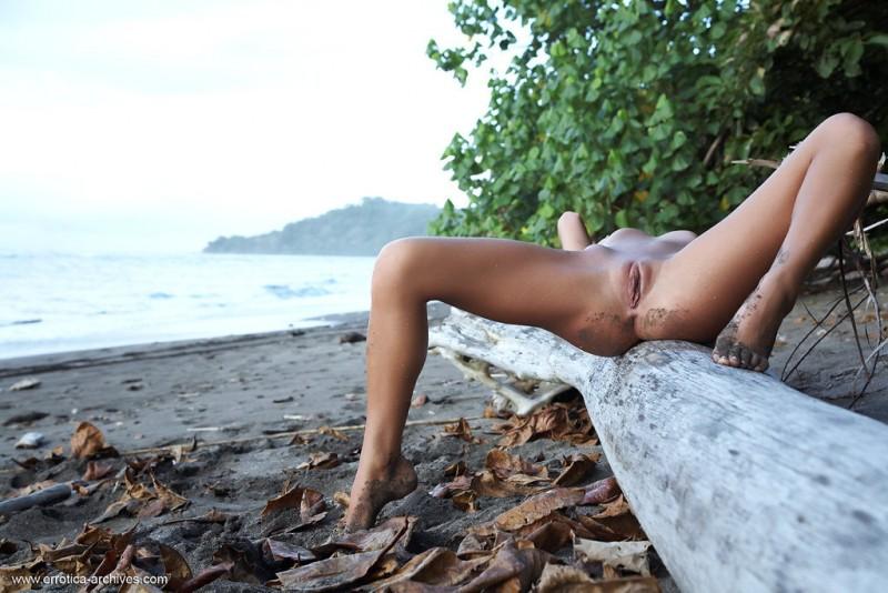 emma-beach-nude-errotica-archives-06