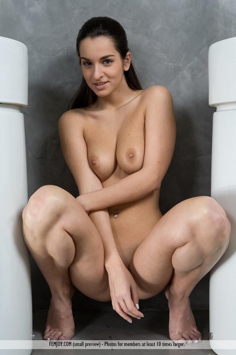 ennie-nude-bathroom-femjoy-11