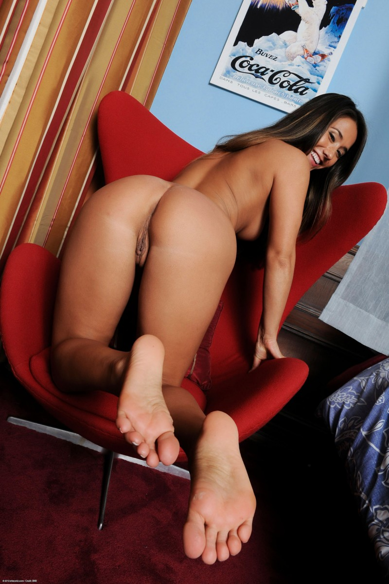 eva-lovia-red-armchair-nude-10