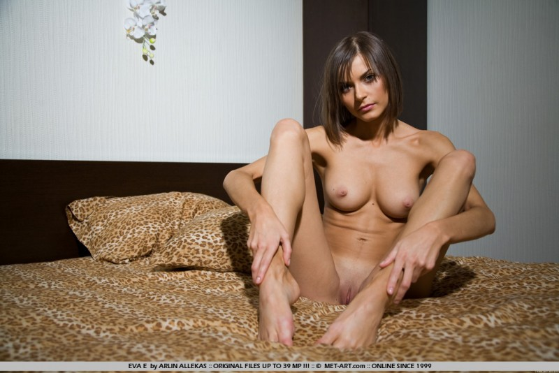 eva-e-naked-bedroom-metart-06