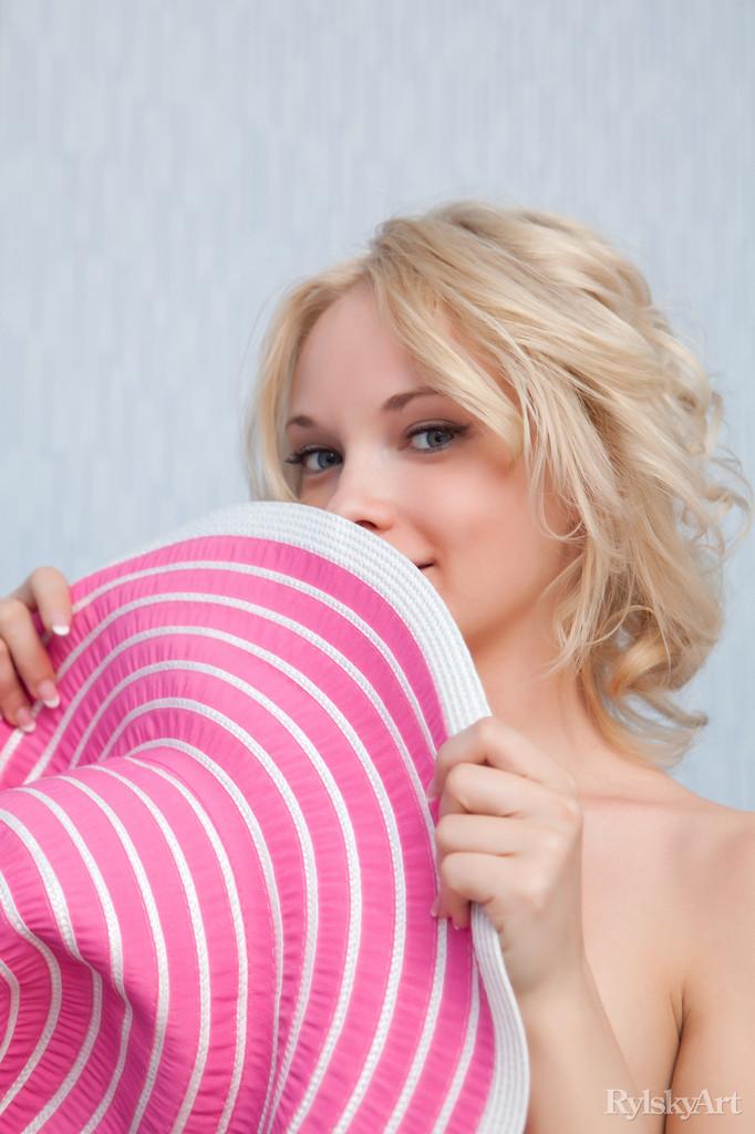 feeona-pink-hat-naked-rylskyart-13
