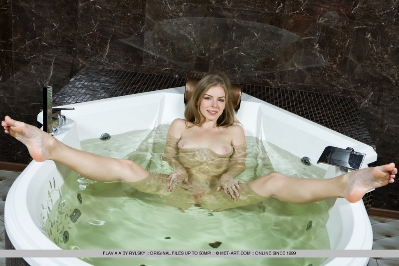 flavia-a-bath-met-art-09