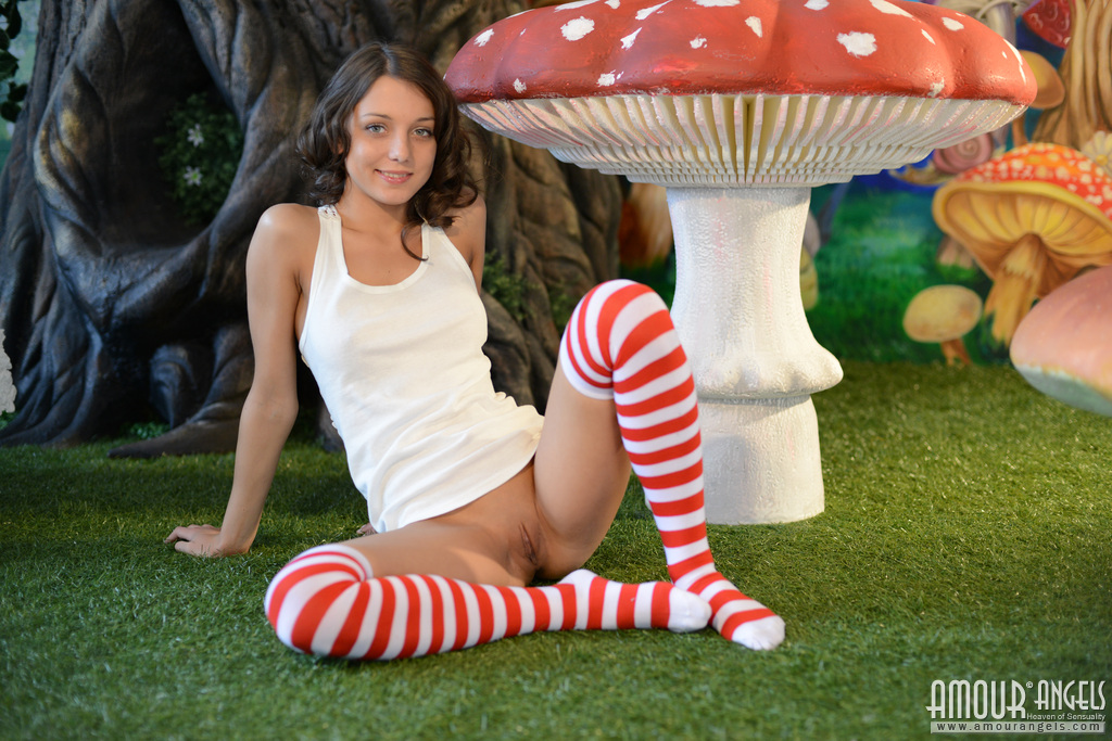 nensi-nude-alice-in-wonderland-amour-angels-09