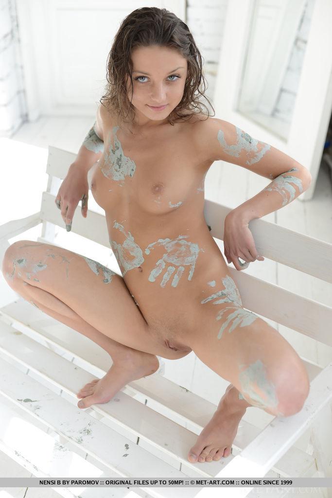 nensi-b-nude-mud-hands-metart-15