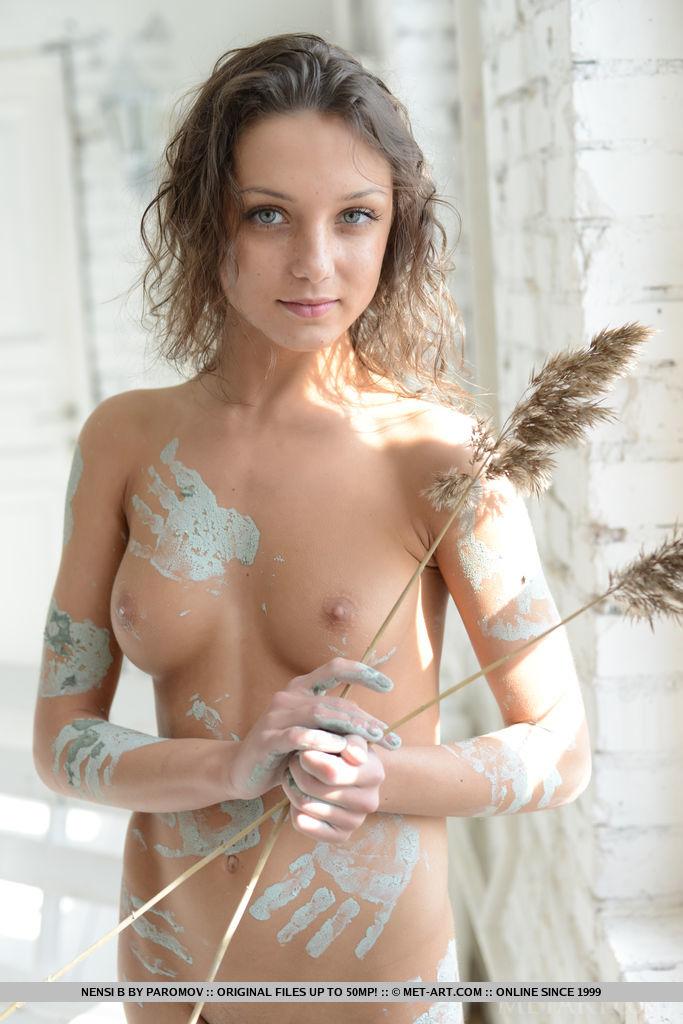 nensi-b-nude-mud-hands-metart-18