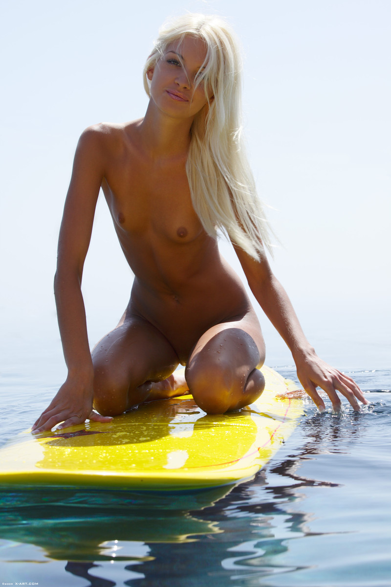 franziska-facella-surf-naked-15