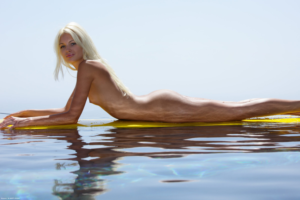 franziska-facella-surf-naked-21