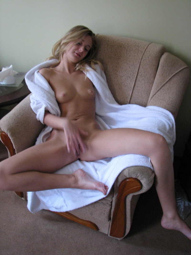 amateur-blonde-freckles-nude-02