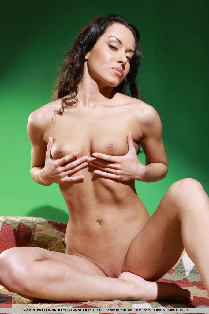 gaya-a-slim-body-brunette-naked-metart-18