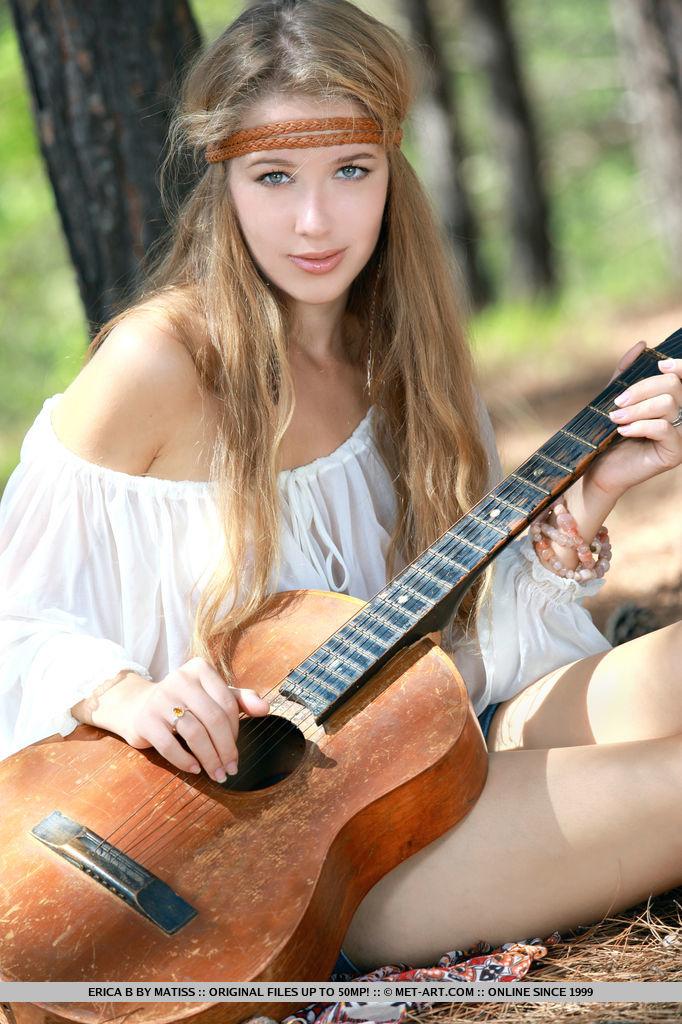 genevieve-gandi-guitar-jeans-shorts-metart-02