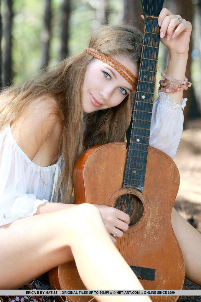 genevieve-gandi-guitar-jeans-shorts-metart-03