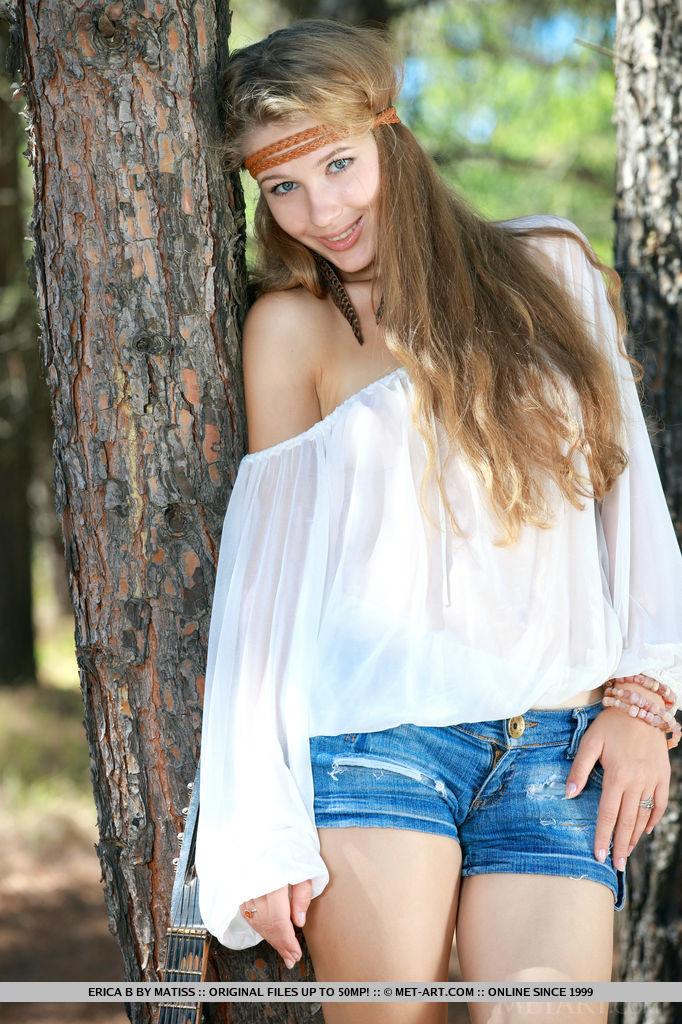 genevieve-gandi-guitar-jeans-shorts-metart-04