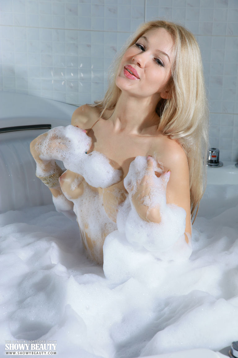 izabel-bathtube-blond-showy-beauty-03