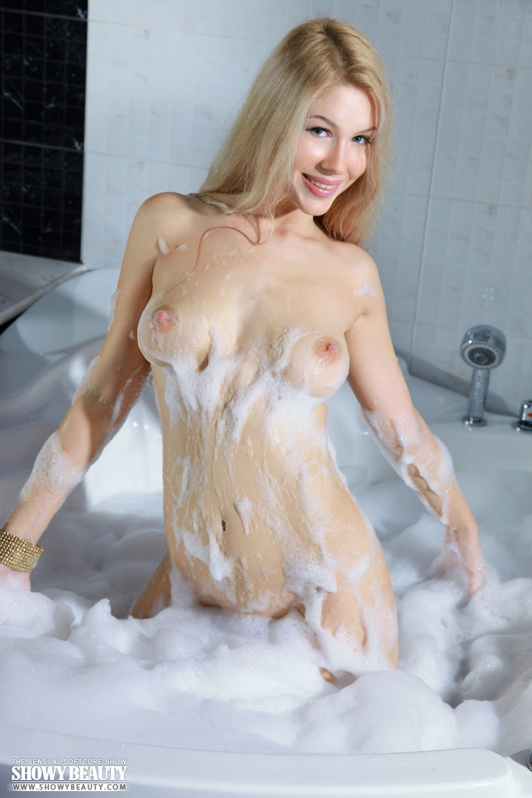 izabel-bathtube-blond-showy-beauty-04