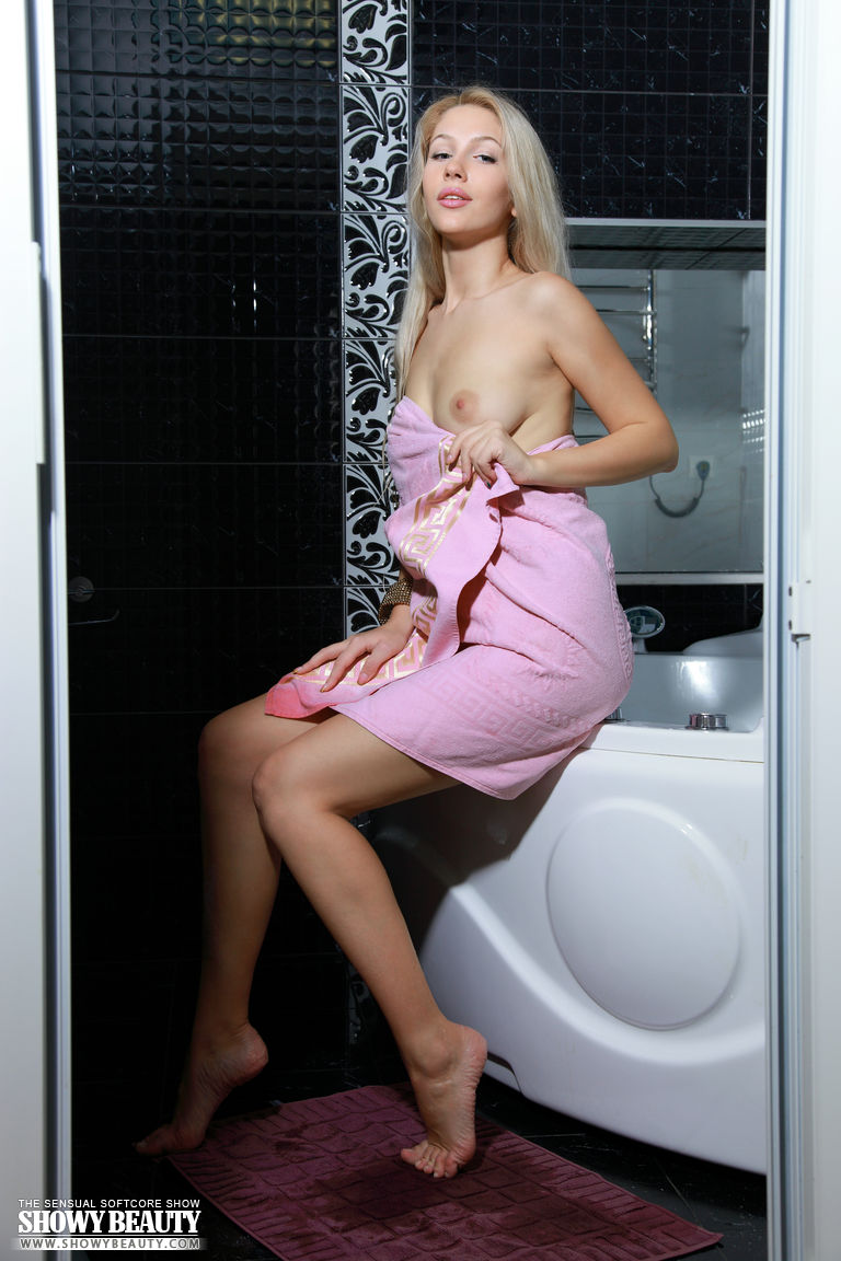 izabel-bathtube-blond-showy-beauty-20