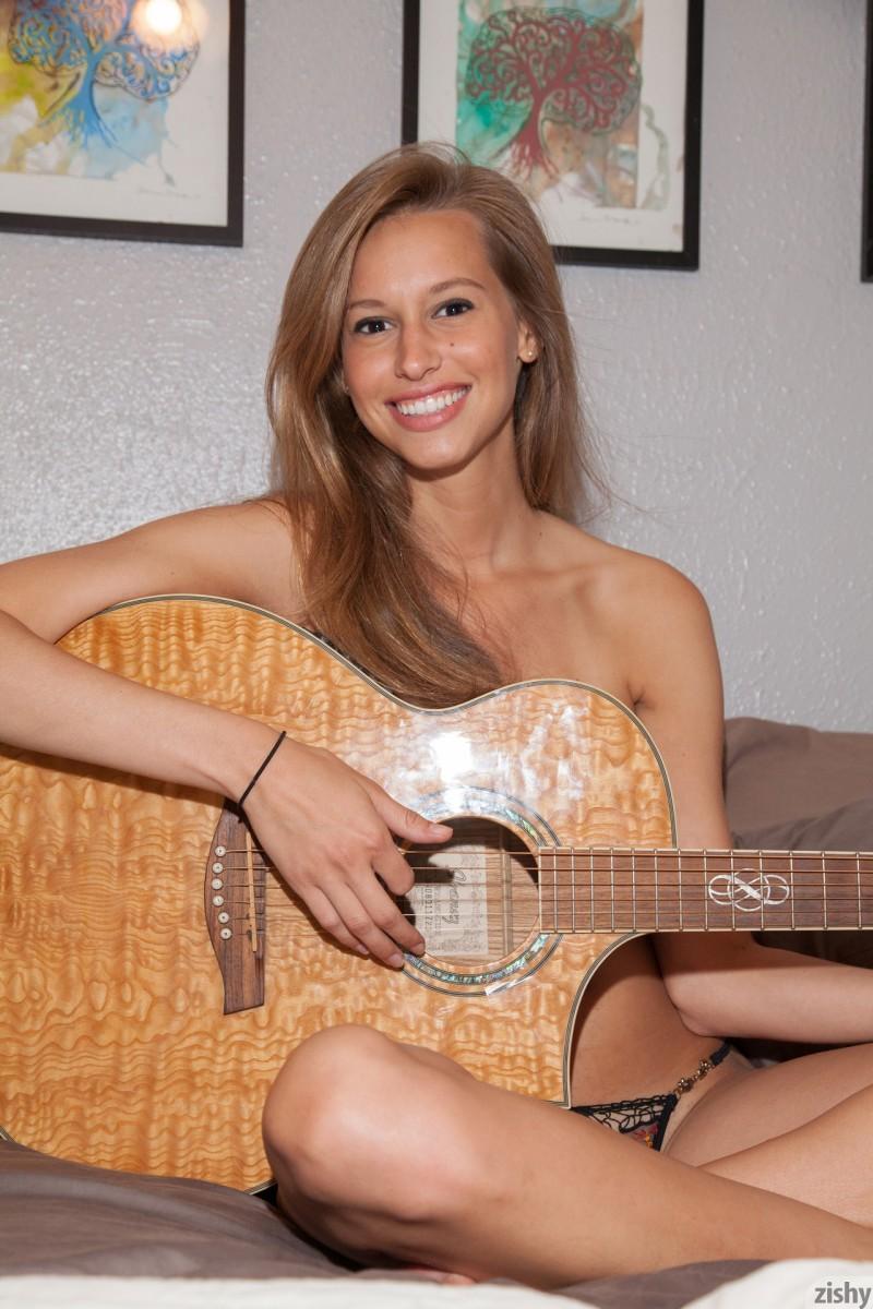 geri-burgess-nude-guitar-zishy-17