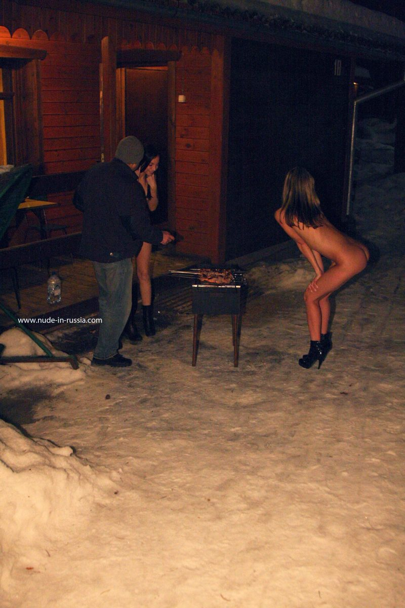 valerie-&-lera-winter-nude-in-russia-09