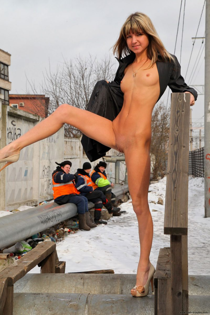 valerie-l-nude-winter-flash-in-public-10