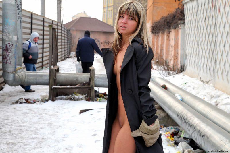 valerie-l-nude-winter-flash-in-public-15