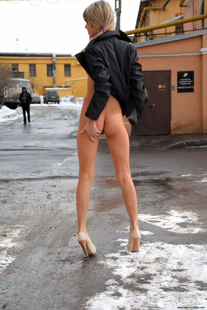 valerie-l-nude-winter-flash-in-public-26