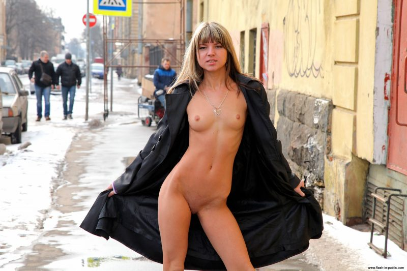 valerie-l-nude-winter-flash-in-public-32