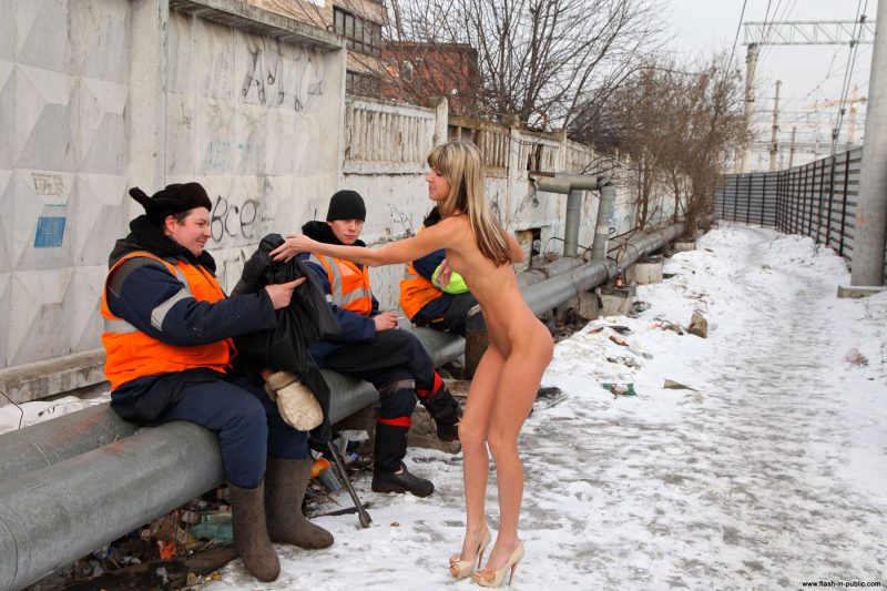 valerie-l-nude-winter-flash-in-public-47