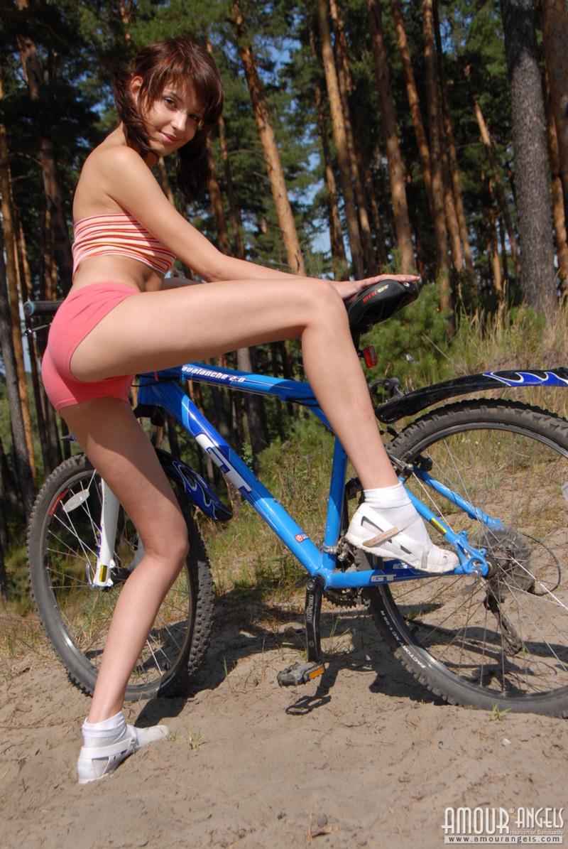 girl-nude-on-bike-vol3-02
