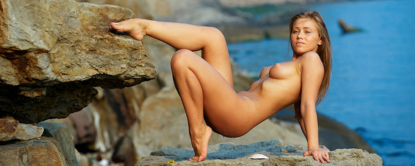 Ovelia – Girl on rocky cliff