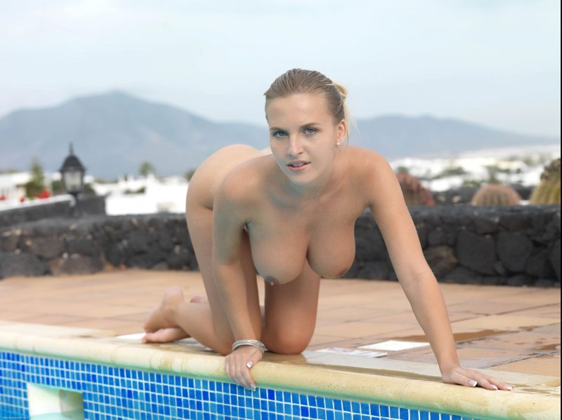 naked-girls-in-the-pool-vol5-10