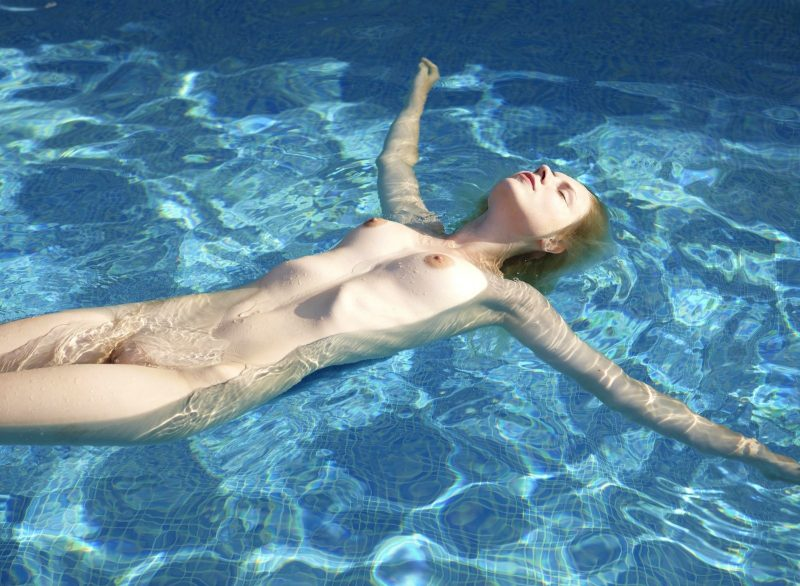 naked-girls-in-the-pool-vol5-86