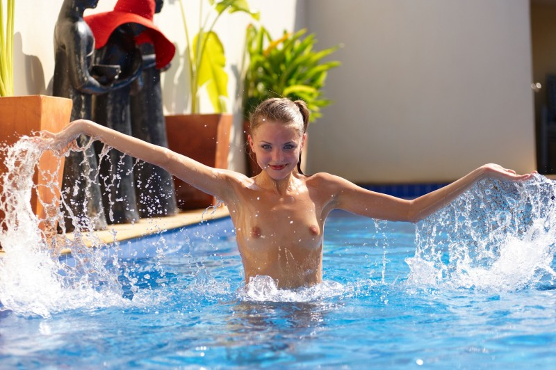 girls-nude-in-the-pool-vol4-27