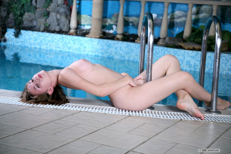 girls-nude-in-the-pool-vol4-32