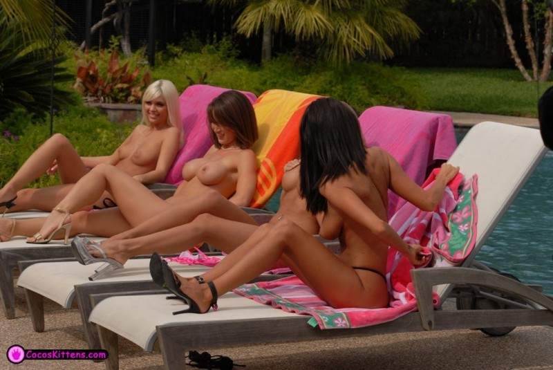 jana-jordan-&-nicole-graves-by-the-pool-07