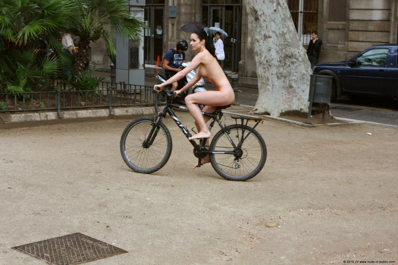 gwen-bike-nude-in-public-17