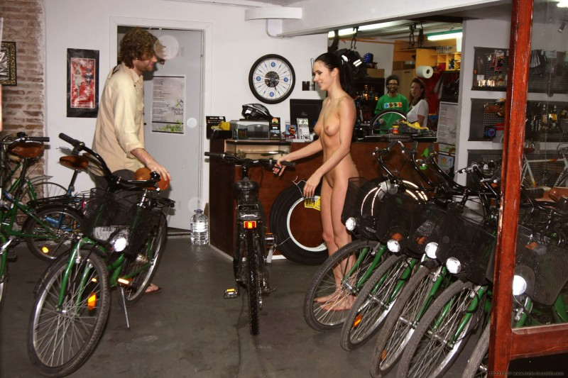 gwen-bike-nude-in-public-26