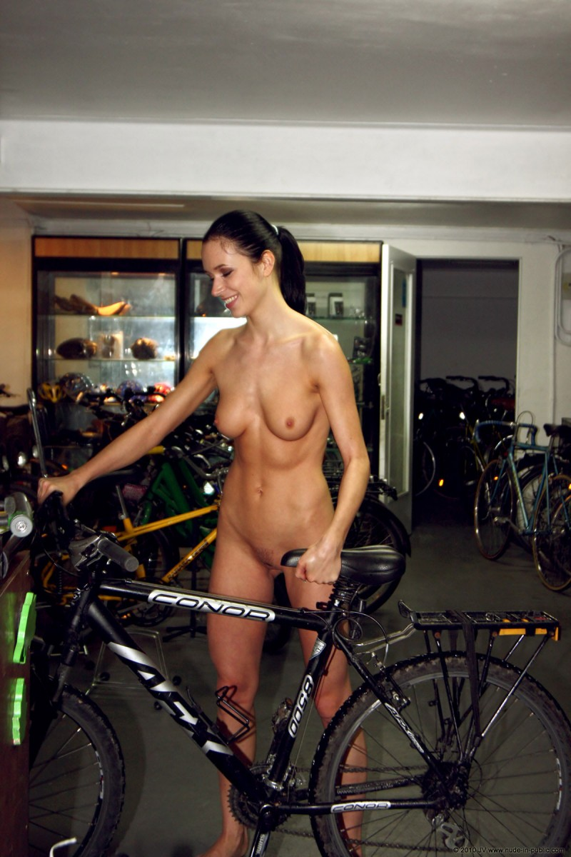 gwen-bike-nude-in-public-27