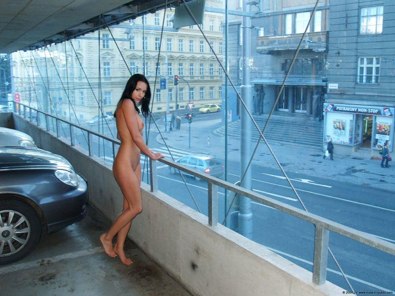 gwen-car-park-nude-in-public-04