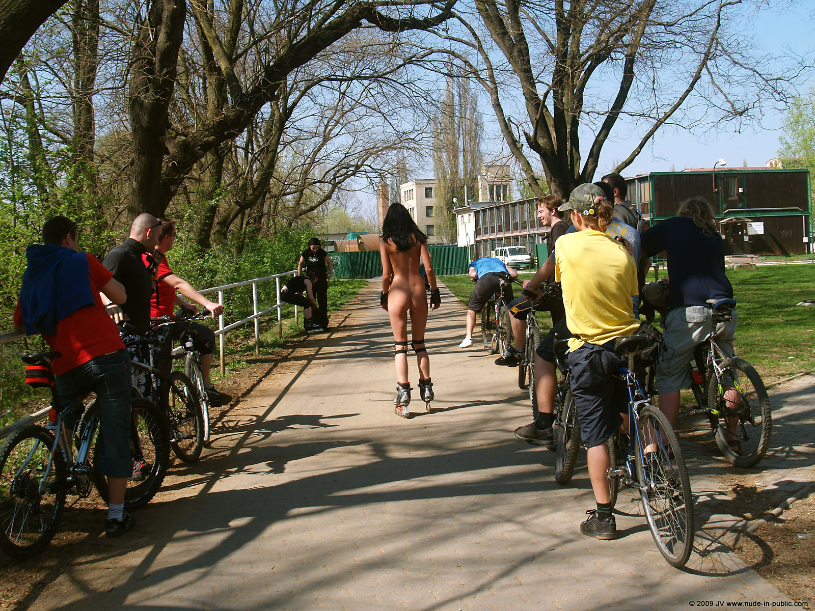 gwen-roller-skates-nude-in-public-15