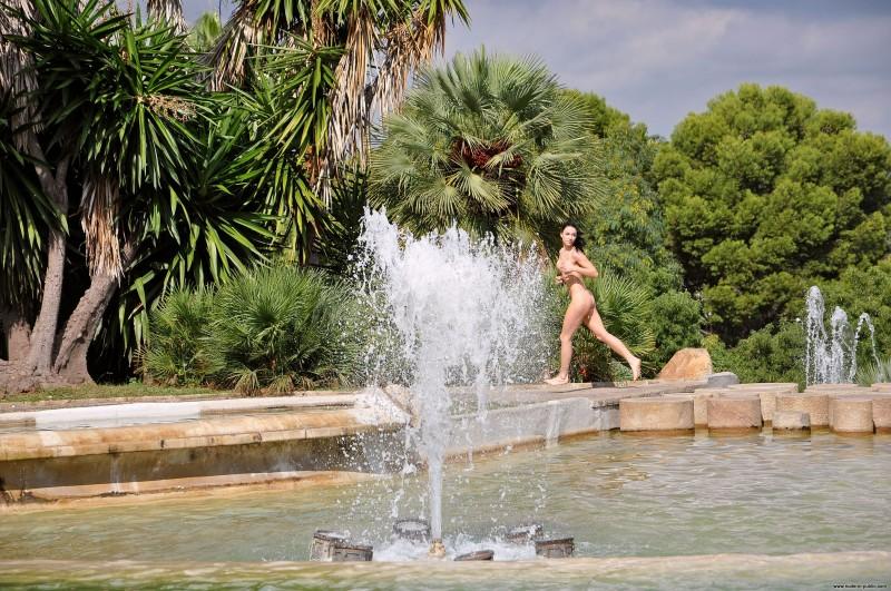 gwen-barcelona-nude-in-public-02