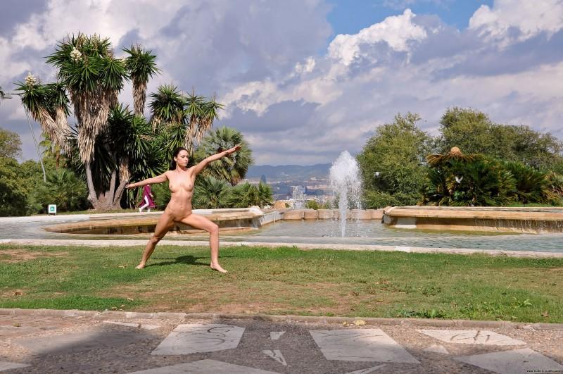 gwen-barcelona-nude-in-public-04