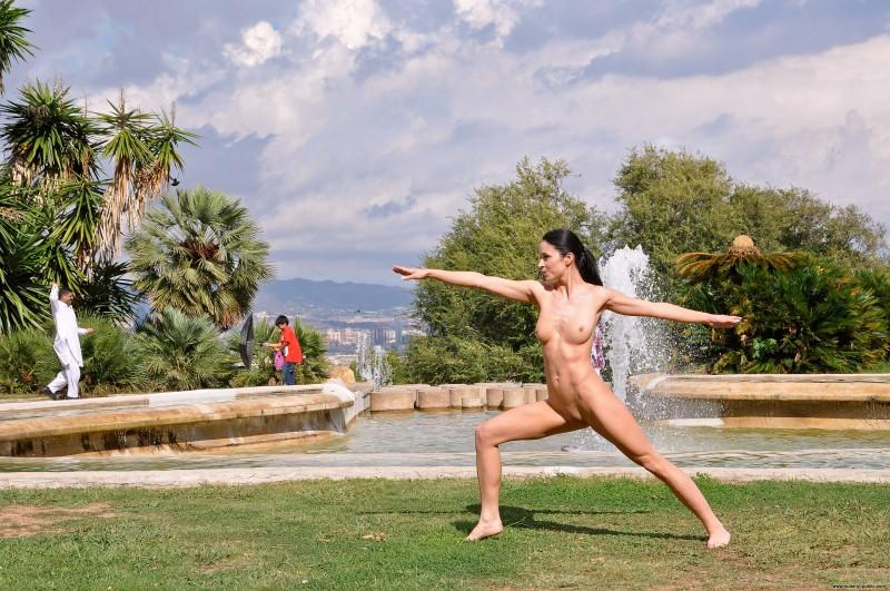 gwen-barcelona-nude-in-public-07