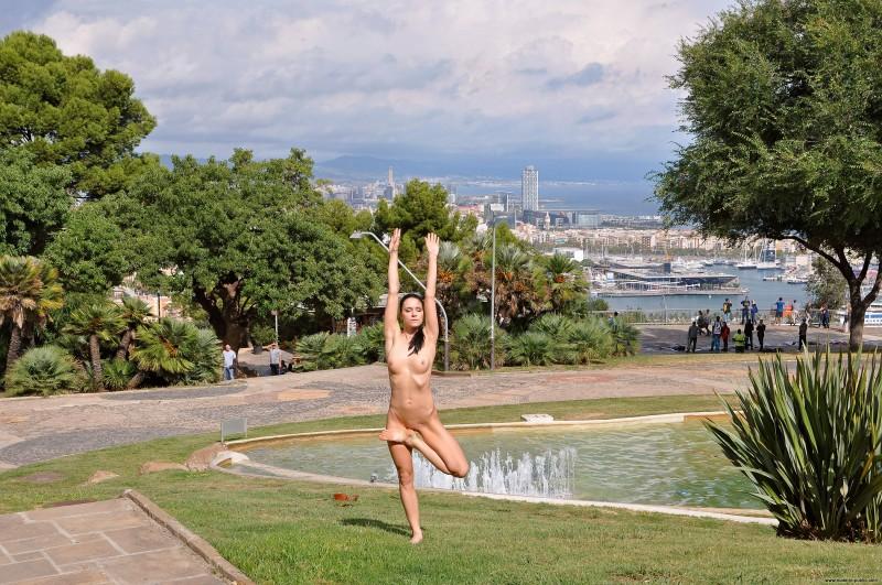 gwen-barcelona-nude-in-public-12
