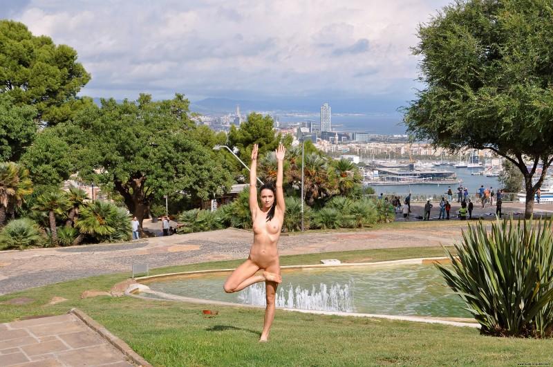 gwen-barcelona-nude-in-public-13