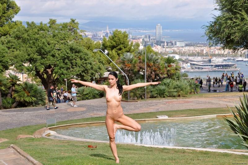 gwen-barcelona-nude-in-public-14