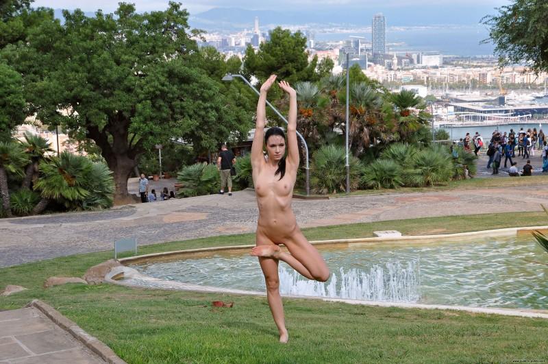 gwen-barcelona-nude-in-public-15