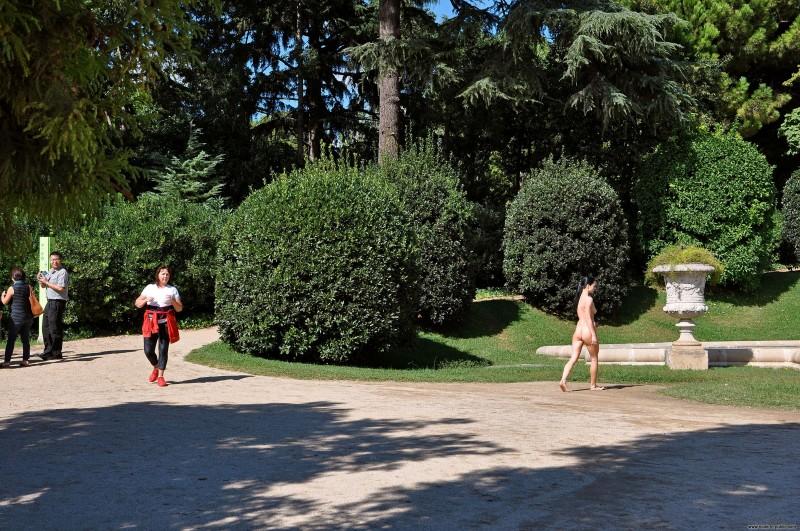 gwen-barcelona-nude-in-public-16