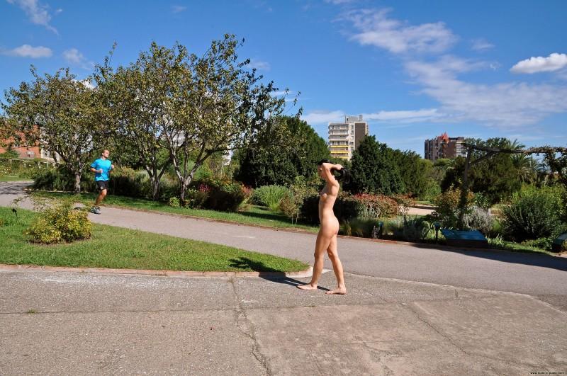 gwen-barcelona-nude-in-public-22