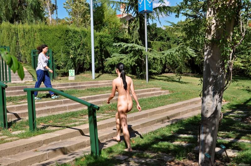 gwen-barcelona-nude-in-public-26