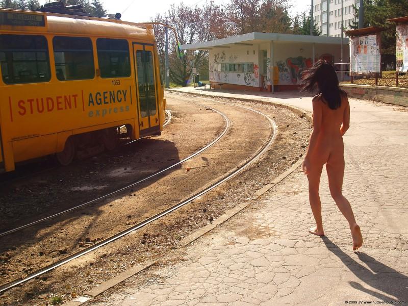 gwen-nude-brunette-public-01